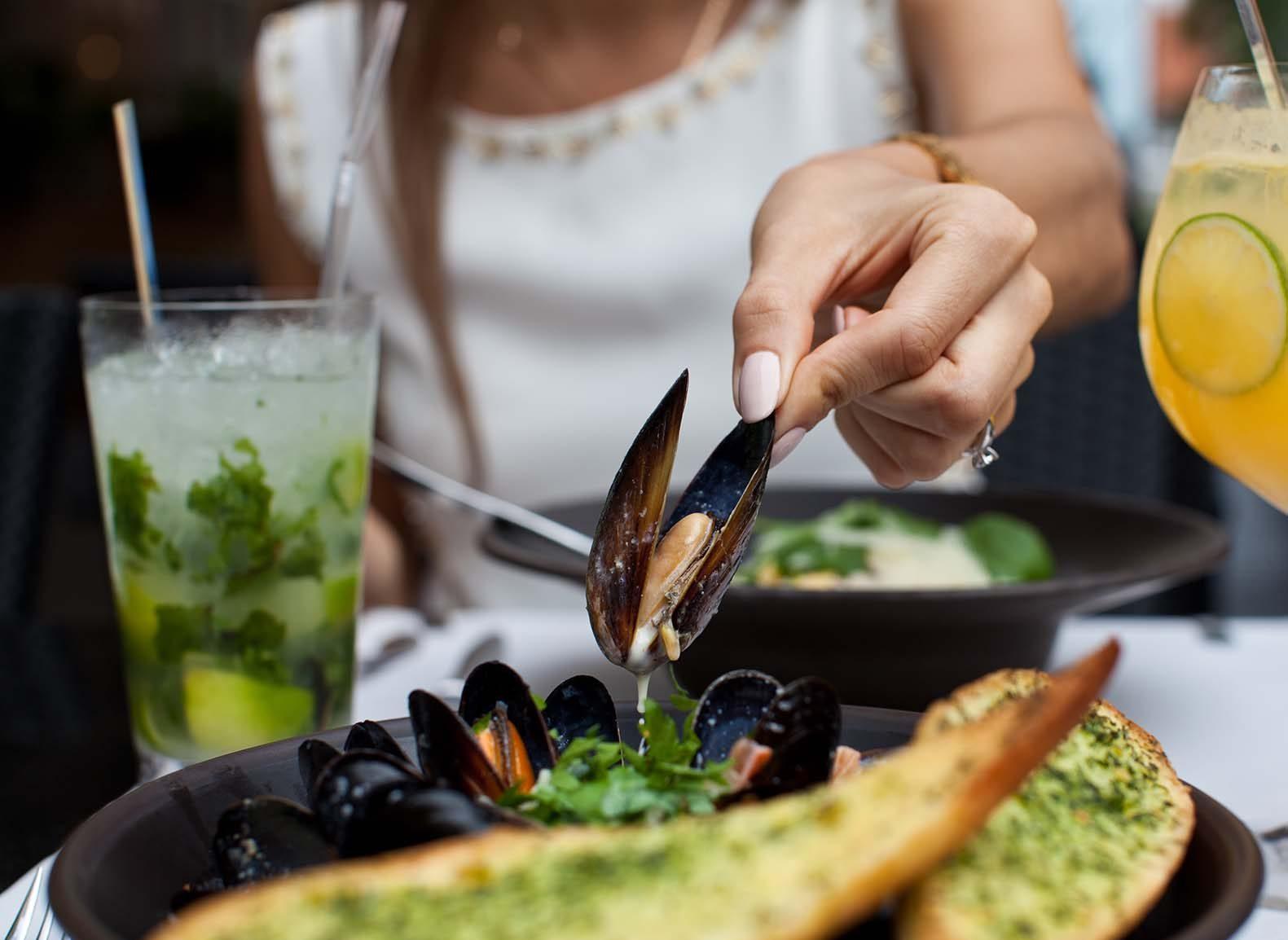 Muscheln richtig essen Tipps Restaurant Tisch Tischmanieren Etikette Restaurantknigge Restaurantetikette Susanne Erdmann Coach